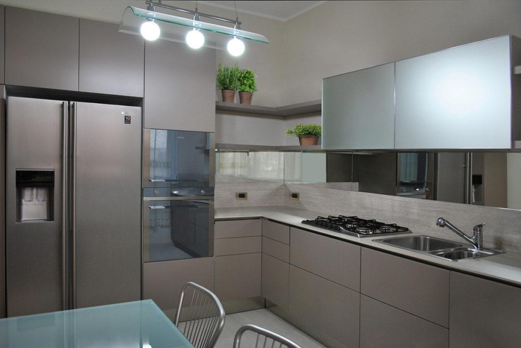 Cucina in laccato opaco e tortora alberticasador cucine ed arredamento su misura in brianza - Cucina color tortora ...